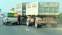 Toyota Hilux vs Volvo Truck : Road Rage battle on a highway!
