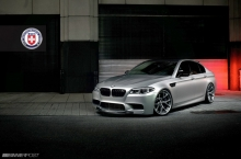 BMW M5 (F10) su HRE Wheels diskais
